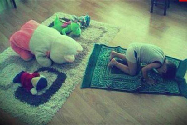 ۱۰ راه کاربردی برای علاقمند کردن فرزندان به نماز